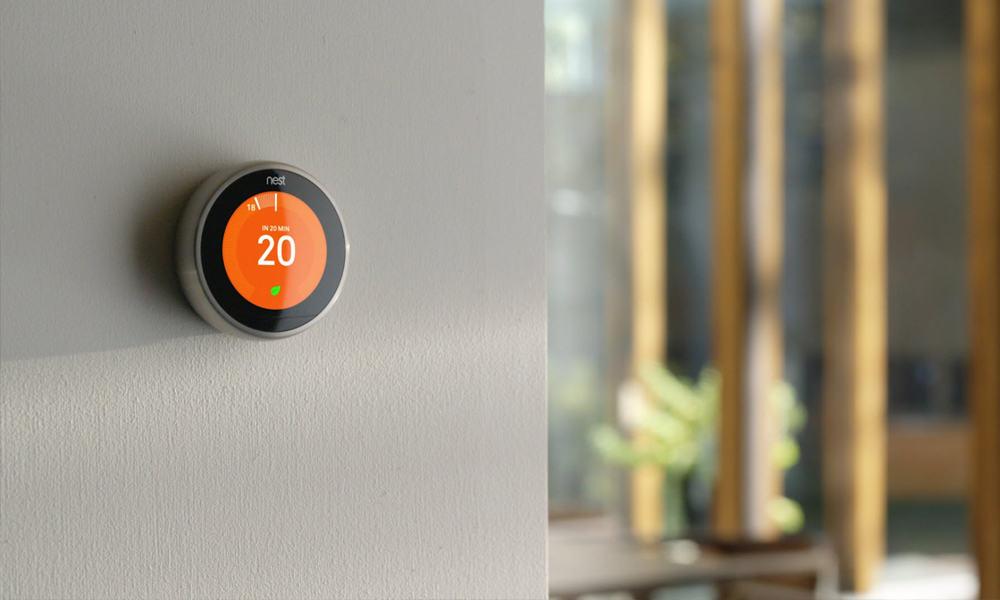 Thermostat intelligent qui contrôle la climatisation résidentiel